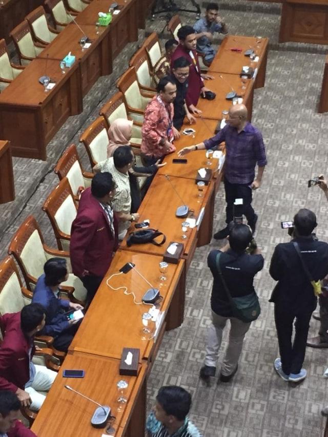 Keluarga Mahasiswa yang Tewas Ditembak Polisi di Kendari Sambangi DPR (713685)