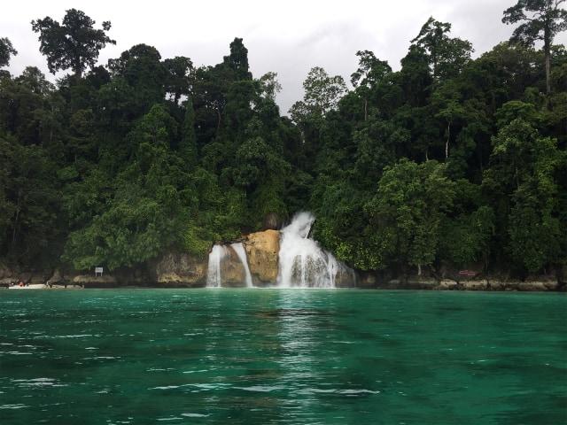 Mengunjungi Air Terjun Kiti Kiti Surga Tersembunyi Di Papua Barat Kumparan Com