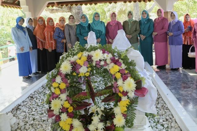 Ziarah ke Makam Laksamana Keumalahayati Warnai Hari Ibu di Aceh (1).jpg
