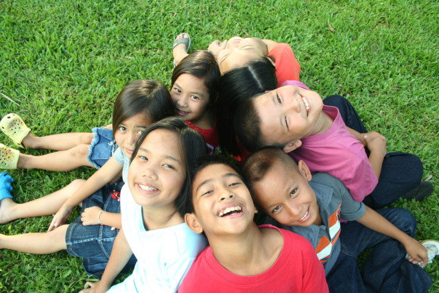com-Ilustrasi anak-anak tersenyum bahagia