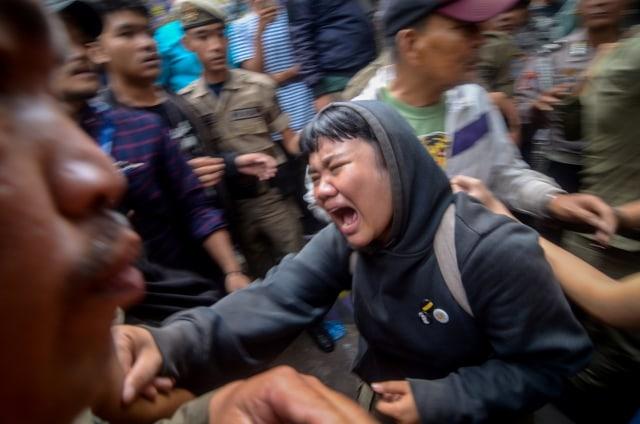 Seorang warga menangis histeris saat penggusuran permukiman Tamansari di Bandung, Jawa Barat, Kamis (12/12/2019). Foto: ANTARA FOTO/Raisan Al Farisi
