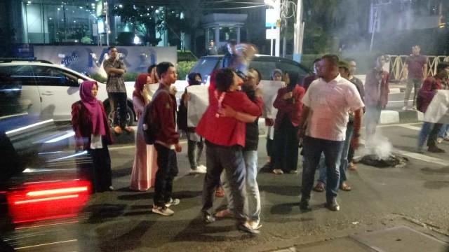 Aksi Mahasiswa Muhammadiyah di depan Gedung Muhammadiyah