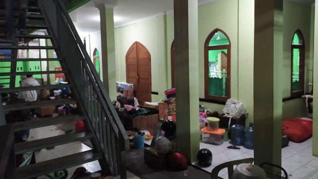 Warga terdampak penggusuran di Tamansari Bandung menetap di Masjid. Foto: Rachmadi Rasyad