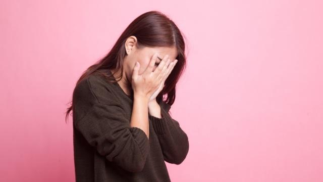 ilustrasi wanita cemas, stres atau depresi