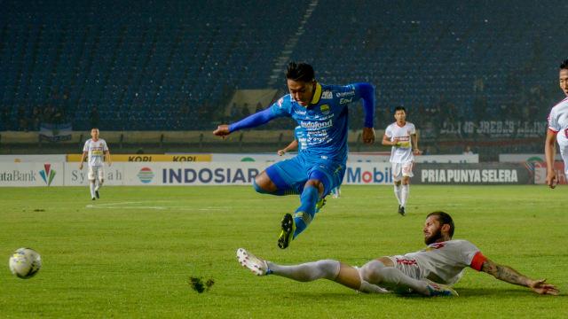 Persib Bandung melawan Perseru Badak Lampung