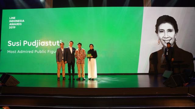 Susi Pudjiastuti Raih Penghargaan Most Admired Public Figure 2019 (190931)