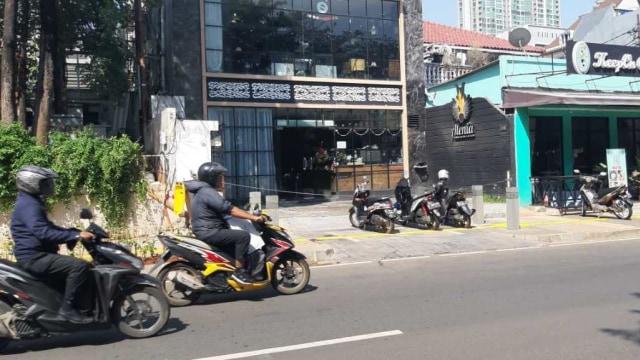 Trotoar kemang di jadikan tempat parkir motor