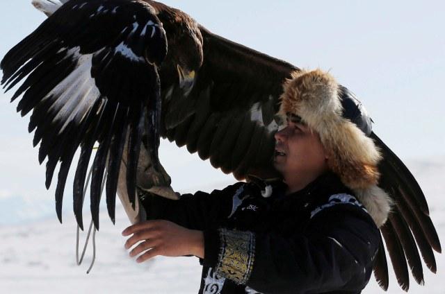 Mengenal Suku Kazakh, Para Pemburu yang Berteman dengan Elang Emas di Kazakhstan (5)