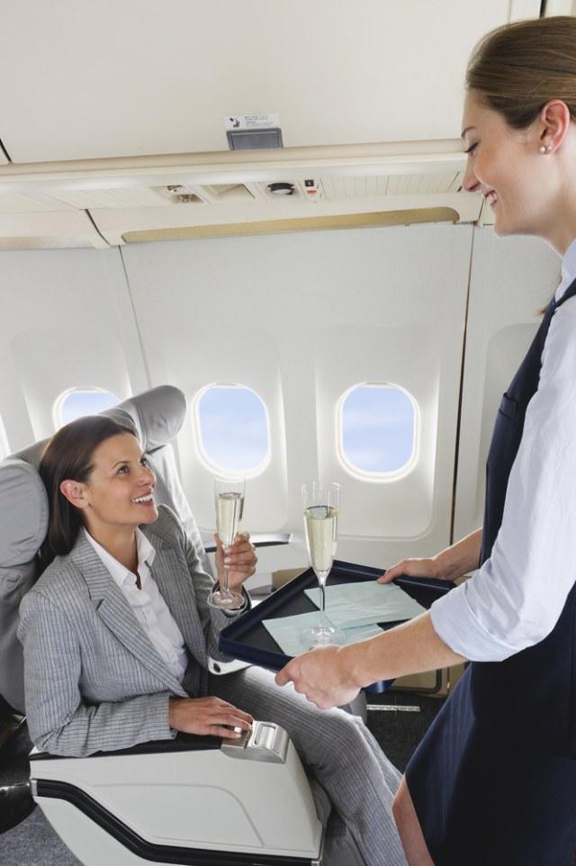 Ilustrasi pramugari memberikan champagne bagi penumpangnya