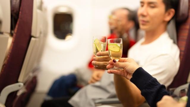 Riset: Es Batu Bisa Menjadi Media Pembawa Bakteri pada Minuman di Pesawat (634451)