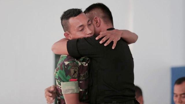 Personel TNI dan Brimob yang Bentrok di Maluku Berdamai dan Berpelukan (82727)