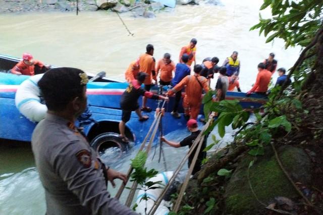Evakuasi kecelakaan di Pagar Alam