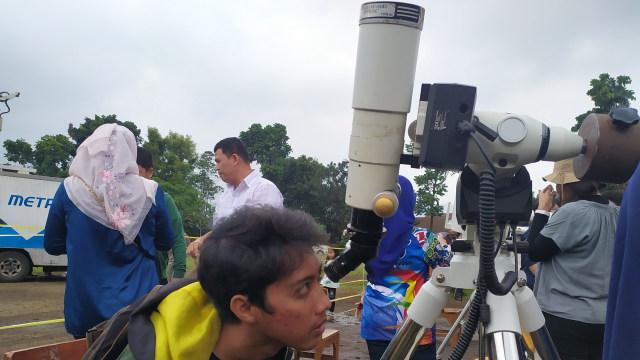 Warga Bandung Antusias Amati Gerhana, Takbir Bersahutan dari Masjid (137768)