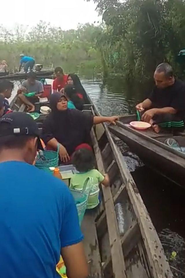 Kisah Warga Kabupaten Kampar Saat Banjir Merendam Rumah Selama 14 Hari (348605)