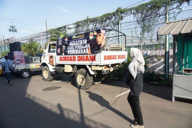 Pendukung Ahmad Dhani di LP Cipinang