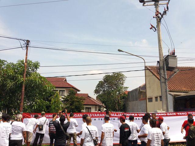 Jelang Vonis, Dukungan untuk Anak Bupati Majalengka Terlihat di PN (1261040)