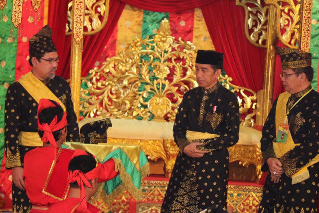 Jokowi dan Gelar Adat Melayu Riau.jpg