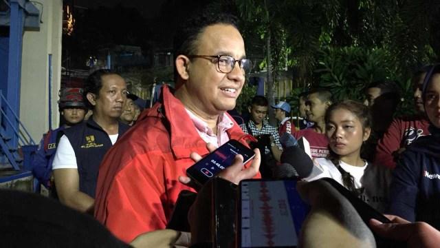 Gubernur DKI Jakarta Anies Baswedan di Pintu Air Manggarai, Rabu (1/1). Foto: Darin Atiandina/kumparan