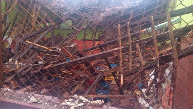 Diterjang Hujan dan Angin Kencang, Atap TK di Probolinggo Ambruk (519434)