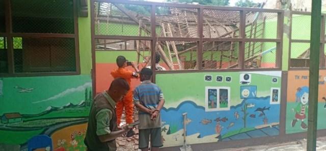 Diterjang Hujan dan Angin Kencang, Atap TK di Probolinggo Ambruk (519435)