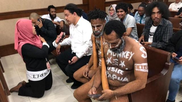 2 Terdakwa Pengibar Bendera Kejora Gunakan Koteka dalam Sidang Makar (314674)
