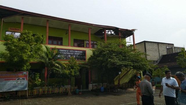Atap 4 Ruang Kelas di SDN Palebon 01 Semarang Roboh  (212860)
