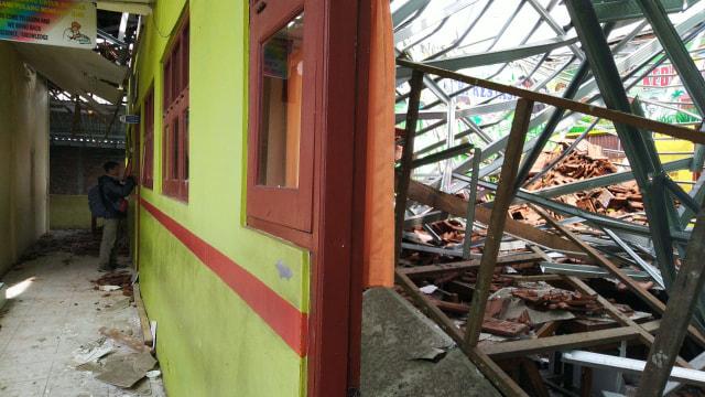 Atap 4 Ruang Kelas di SDN Palebon 01 Semarang Roboh  (212859)