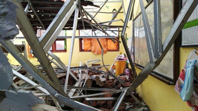 Atap 4 Ruang Kelas di SDN Palebon 01 Semarang Roboh  (212857)