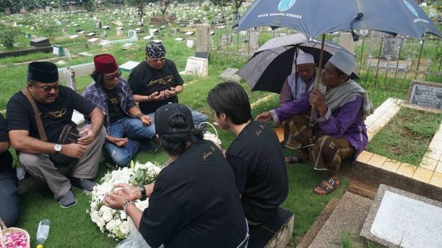 Para Pemain 'Akhir Kisah Cinta Si Doel' Ziarah ke Makam Benyamin Sueb (27854)