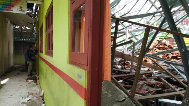 Foto: Yang Tersisa dari Robohnya Atap SDN Palebon 01 Semarang (59928)