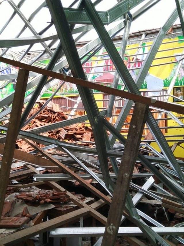 Foto: Yang Tersisa dari Robohnya Atap SDN Palebon 01 Semarang (59925)