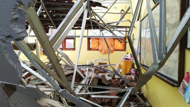 Foto: Yang Tersisa dari Robohnya Atap SDN Palebon 01 Semarang (59927)