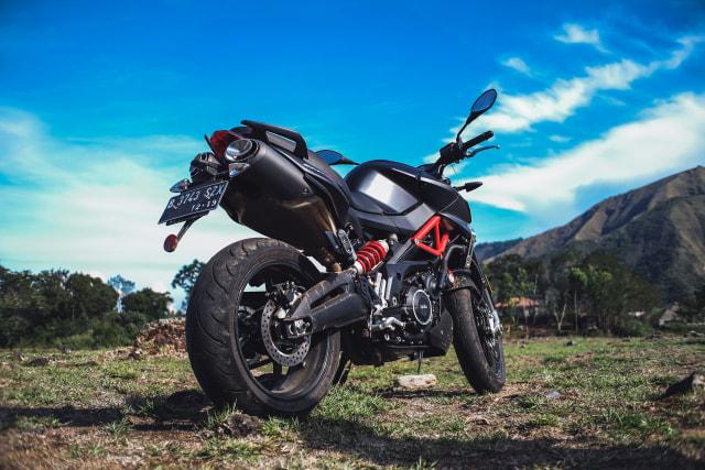 Mencoba Naked Bike Rp 560 Juta, Aprilia Shiver 900 (4414)