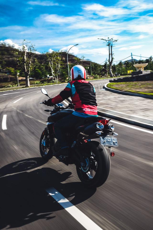 Mencoba Naked Bike Rp 560 Juta, Aprilia Shiver 900 (4402)