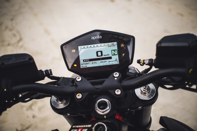 Mencoba Naked Bike Rp 560 Juta, Aprilia Shiver 900 (4410)