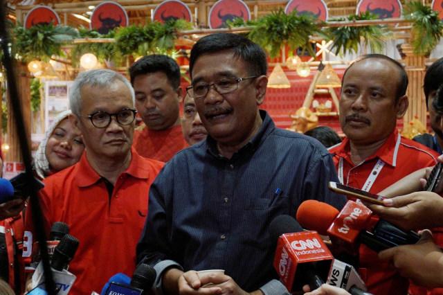 Politisi PDIP Djarot Saiful Hidayat minum jamu