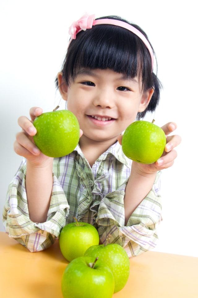Anak Makan Buah di Malam Hari, Apakah Harus Tetap Sikat Gigi Sebelum Tidur? (462049)
