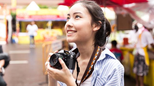 Ilustrasi traveler wanita dengan wajah bersih tanpa jerawat