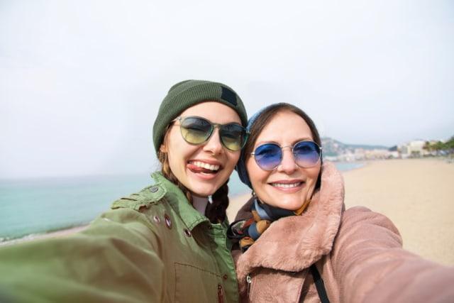 Ilustrasi milenial traveling bersama ibunya