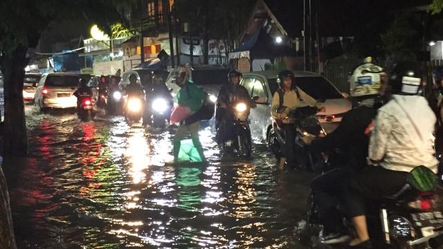 Risma Enggan Komentari soal Banjir yang Rendam Surabaya (89744)