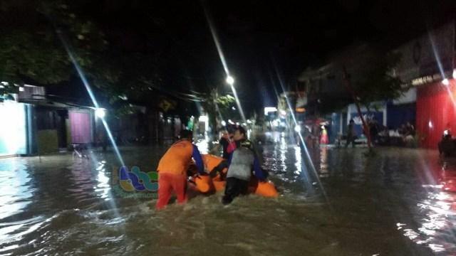 Cepu Diguyur Hujan, Sejumlah Ruas Jalan Banjir (63215)