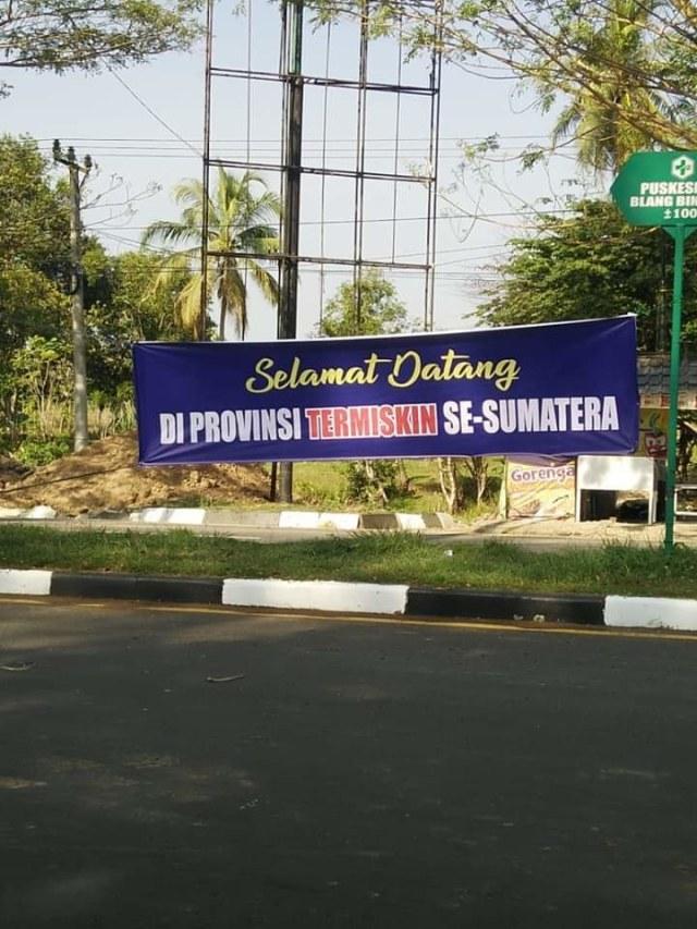 Aceh Jadi Provinsi Termiskin, Spanduk Ucapan Selamat Bertebaran