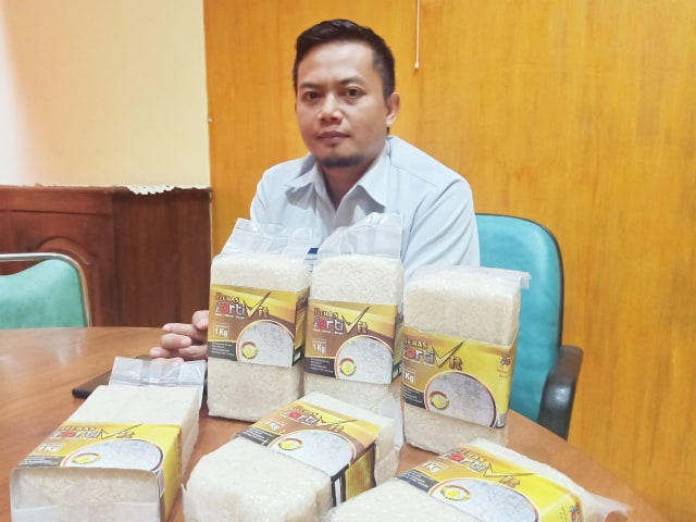 Kepala Bulog Manokwari Firman Mando memperlihatkan beras bervitamin yang akan didatang ke Manokwari-Foto Irsye Simbar.jpg