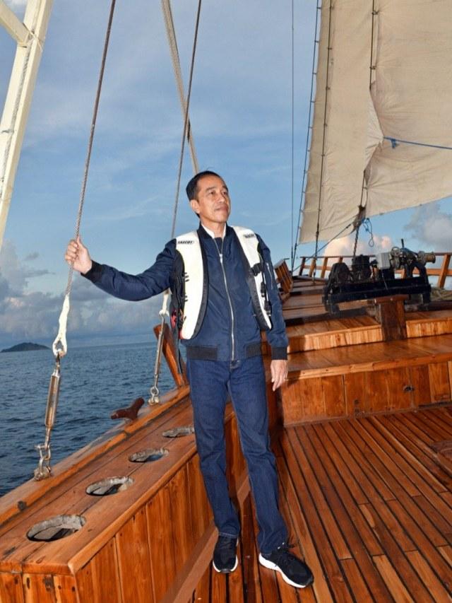 Joko Widodo berlayar menaiki kapal penisi, Labuan Bajo, PTR