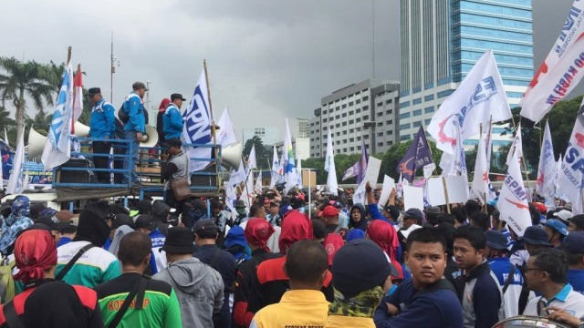 Foto: Aksi Buruh Demo di Depan DPR Tolak Omnibus Law (304540)