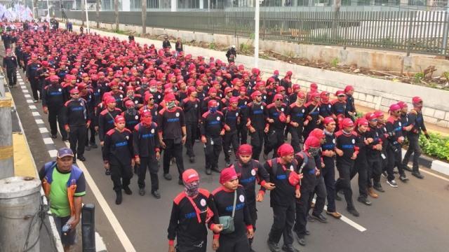 Foto: Aksi Buruh Demo di Depan DPR Tolak Omnibus Law (304537)