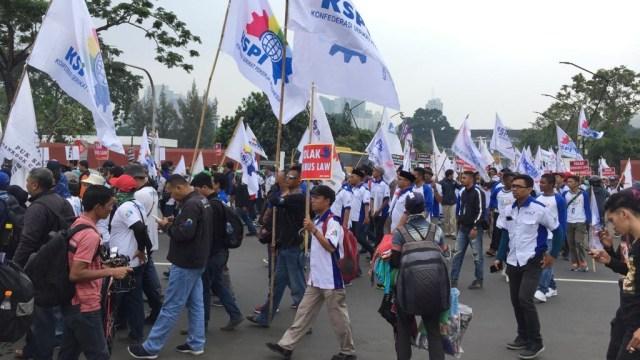 Foto: Aksi Buruh Demo di Depan DPR Tolak Omnibus Law (304538)