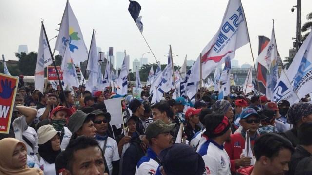 Foto: Aksi Buruh Demo di Depan DPR Tolak Omnibus Law (304539)