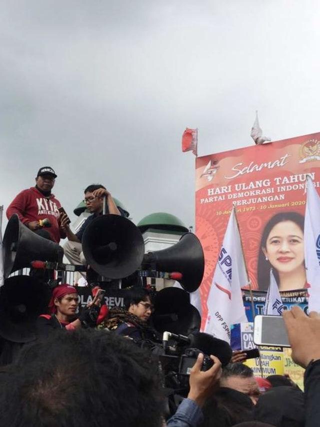 Foto: Aksi Buruh Demo di Depan DPR Tolak Omnibus Law (304532)