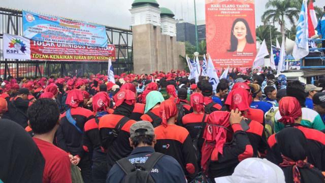 Demo Buruh di DPR Selesai, Jalan Dibuka dan Sampah Berserakan (56528)